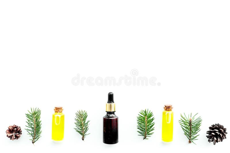 Sörja nödvändig olja i flaskor på vitt utrymme för kopian för den bästa sikten för bakgrund Modellen med sörjer filialen och kott arkivfoto