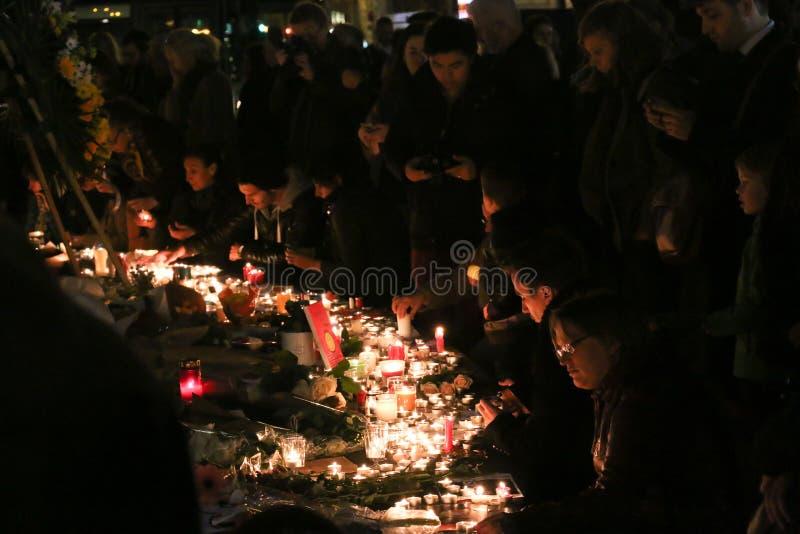 Sörjandestället blommar och stearinljus i Place de la Republique efter terrorattackerna av 13 November arkivbild