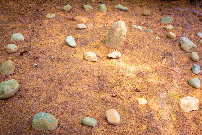 Sörjer den spiral gångbanan för stenen med visare på jordningen royaltyfri foto