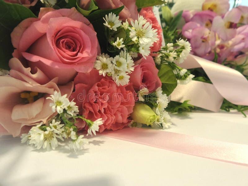 Söt blommabukett och rosa färgribbin fotografering för bildbyråer