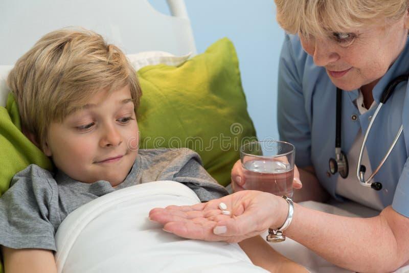 Söt blond patient royaltyfri bild