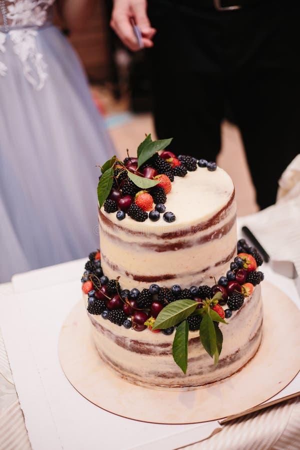 Söt bröllopstårta som göras från den nya bärmuffin royaltyfria bilder