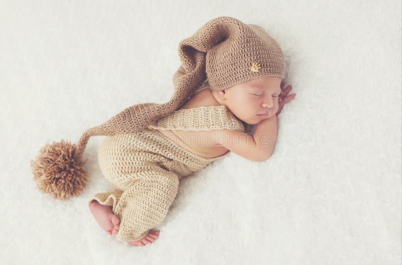Söt dröm av det nyfödda barnet royaltyfri fotografi