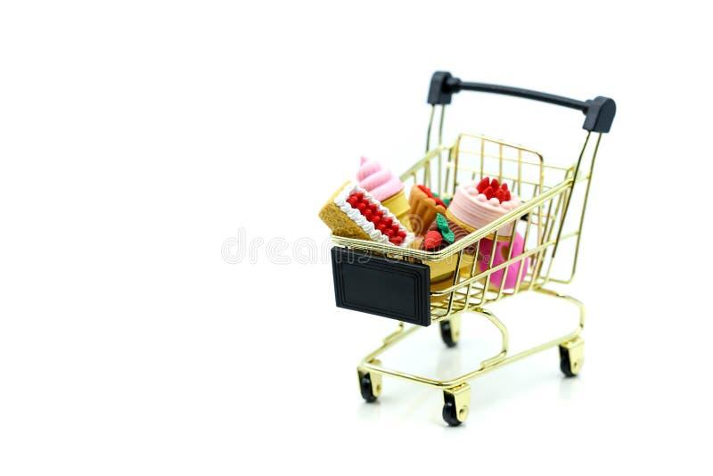 Söt efterrätt med shoppingvagnen, begrepp för matshopping fotografering för bildbyråer