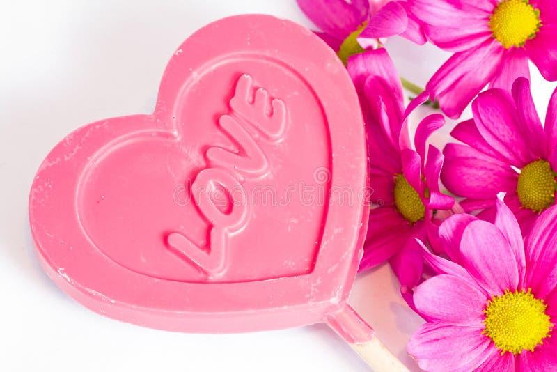 Söt förälskelse, hjärta och blommor. royaltyfria bilder