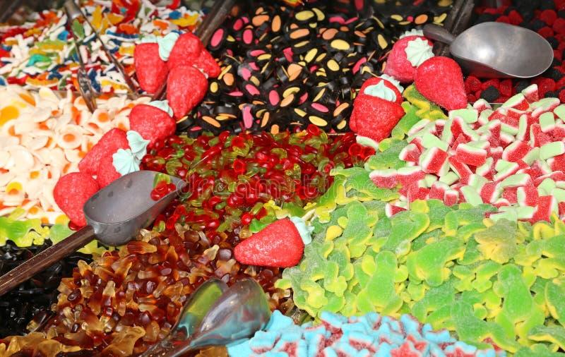 Söt godis och segt till salu i godisstall i den lokala fläcken royaltyfri foto
