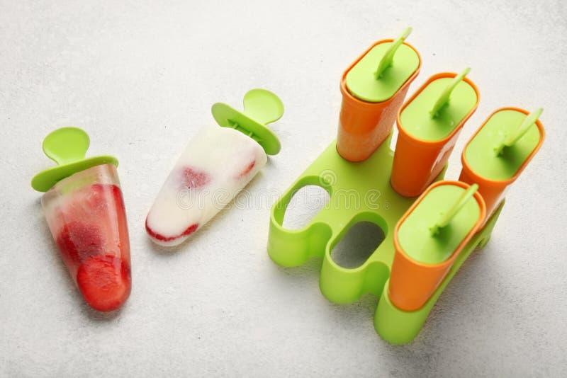 Söt hemlagad efterrätt, isglasssorbet för sommarfräckhet Djupfryst fruktsaft och glass royaltyfri bild