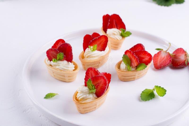 Söt hemlagad sund efterrätt med gräddost och jordgubbar fotografering för bildbyråer