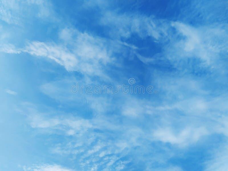 Söt himmel på söndag många moln och fluffigt arkivfoto