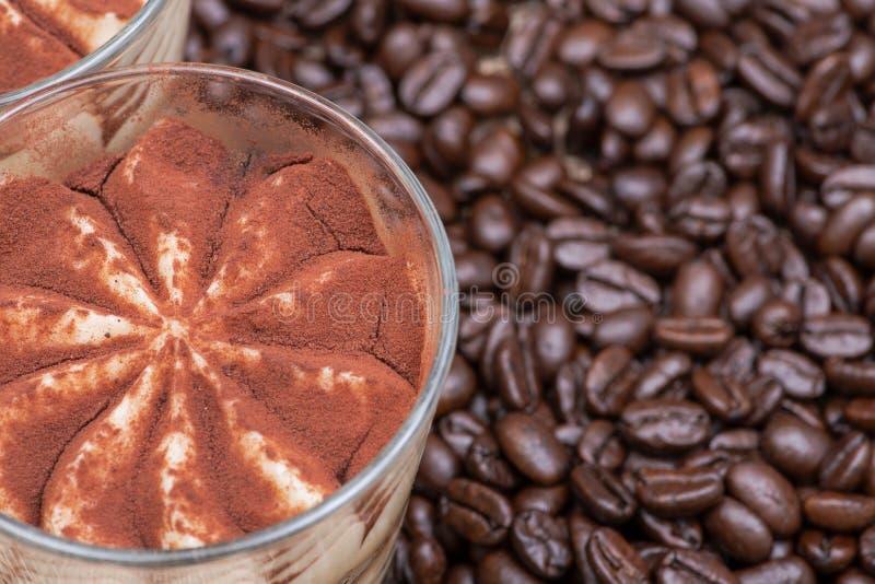 Söt italiensk efterrätttiramasu med delikat mascarponekräm från traditionellt recept i organiska kaffebönor för exponeringsglas o royaltyfri bild