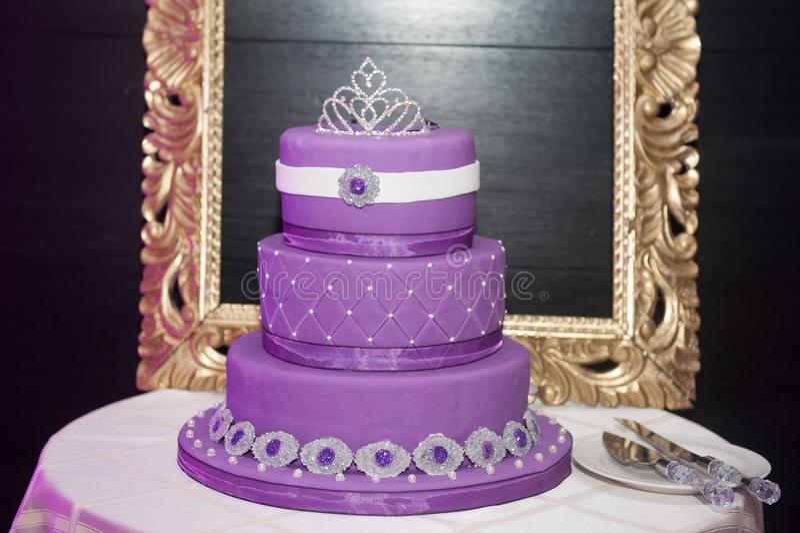 Söt kaka för födelsedag sexton på en kakaställning fotografering för bildbyråer
