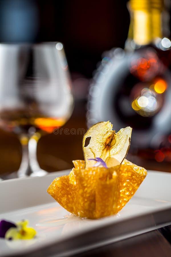 Söt kaka med ärtaglass i karamellkorg parma för skinka för grissinien för mat för bakgrundsbröd klibbar den kulinariska prosciutt arkivfoto