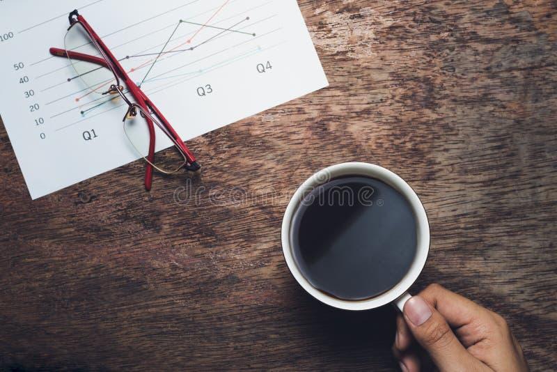 söt kopp för giffel för bakgrundsavbrottskaffe Affärsman som dricker intelligens för kaffe och för summarisk rapport arkivbilder