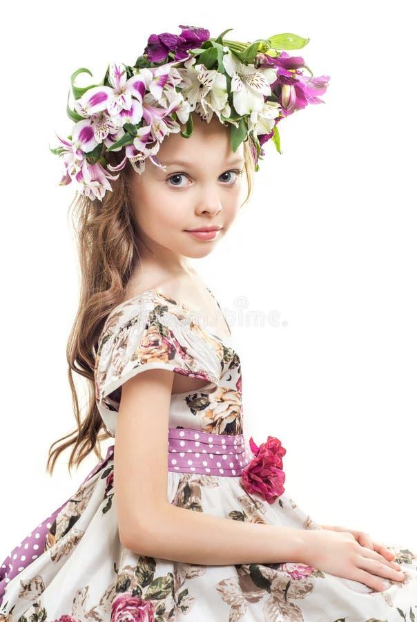 Söt liten flicka med den blom- head kransen arkivbild