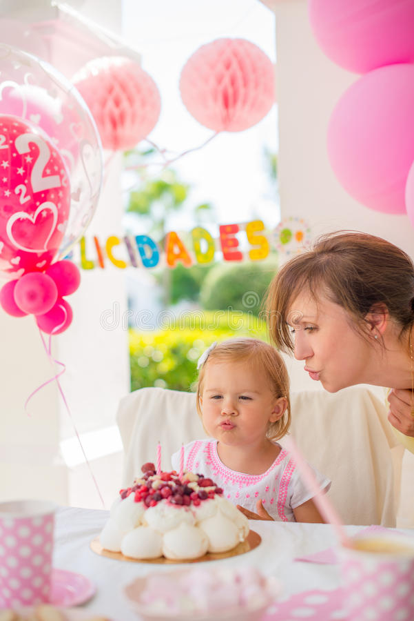 Söt liten flicka på hennes födelsedagparti arkivfoton