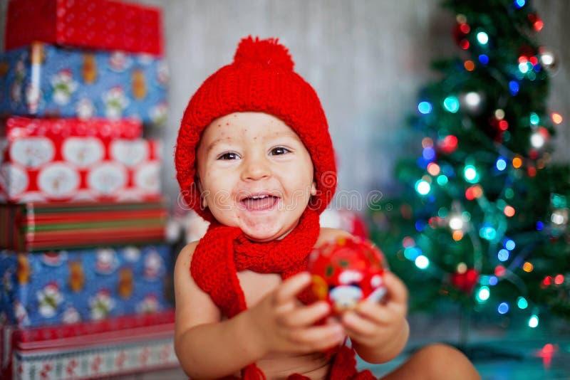 Söt litet barnpojke med vattkoppor, varicellazostervirus, med royaltyfri fotografi