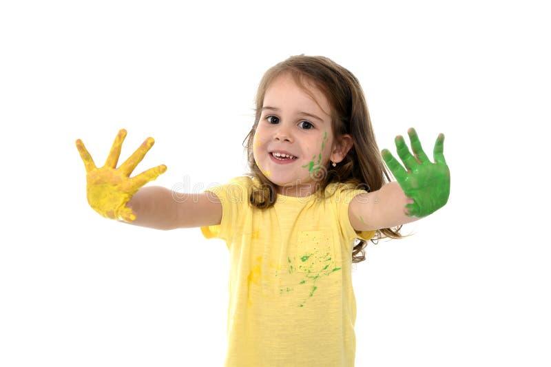 Söt målade händer för liten flicka visning i färg royaltyfri foto