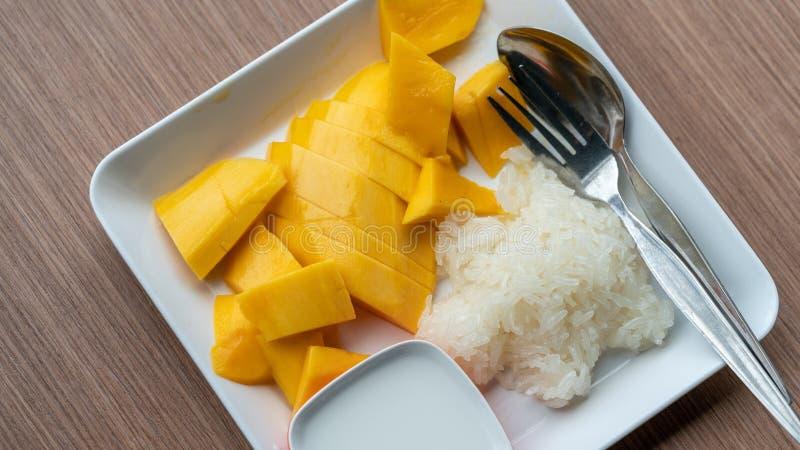 Söt mango med klibbiga ris arkivfoton