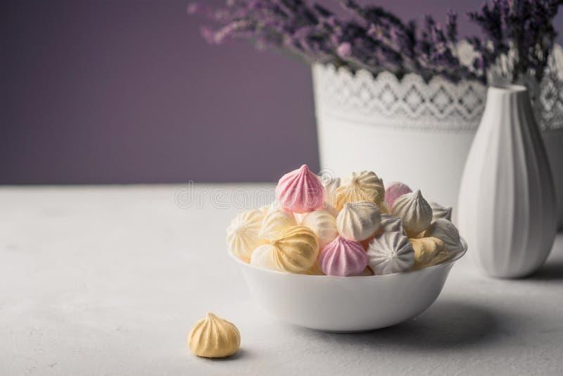 Söt marshmallow i en kopp, läcker efterrätt, lavendel i en vas arkivbilder
