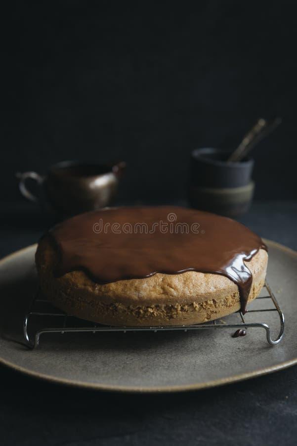 Söt morotkaka som glasas med choklad royaltyfri foto