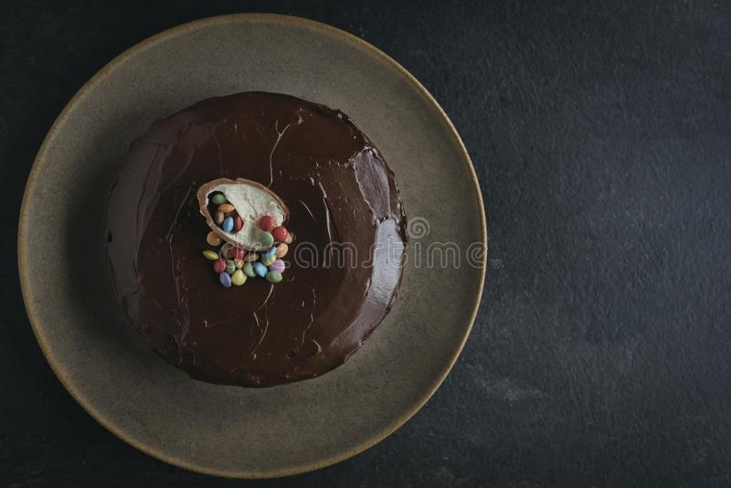 Söt morotkaka som glasas med choklad arkivbild