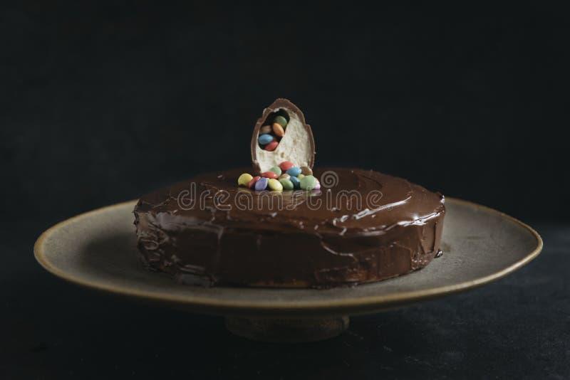 Söt morotkaka som glasas med choklad royaltyfri fotografi