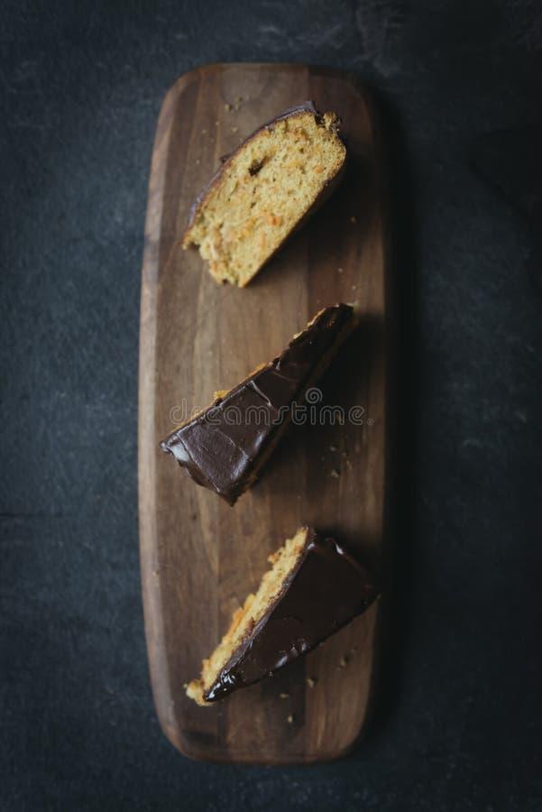 Söt morotkaka som glasas med choklad royaltyfri bild