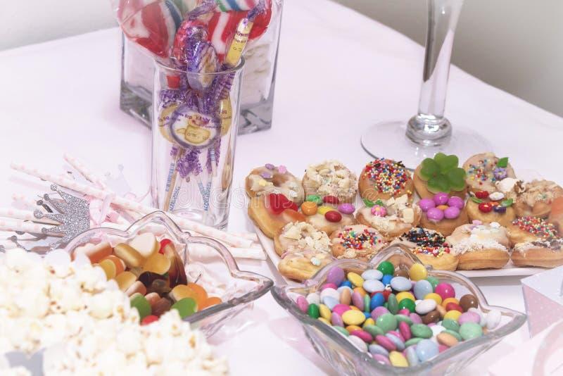 Söt och läcker godistabell med lotter av olika candys och sötsaker fotografering för bildbyråer