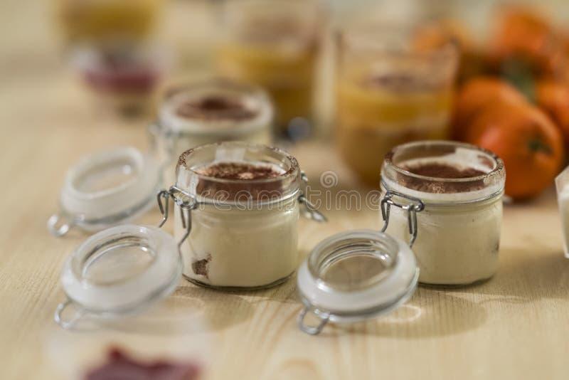 Söt och smaklig ökentiramisu som göras ut ur kaffe och mascarpone i ett closeable exponeringsglas arkivfoto