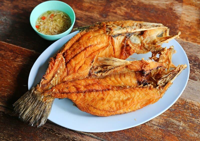 Söt sås över stekt berömd thai mat för randig bas- fisk fotografering för bildbyråer