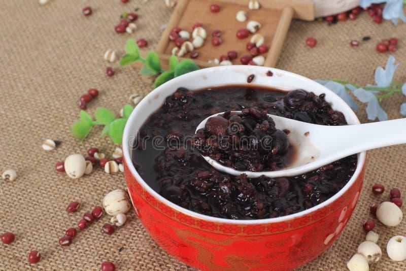 Söt soppa av den svarta bönan i kinesisk stil på den röda bunken fotografering för bildbyråer