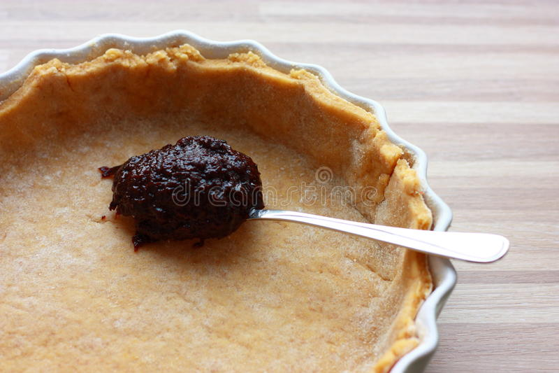 Söt syrlig kaka - danande av clafoutis arkivfoto