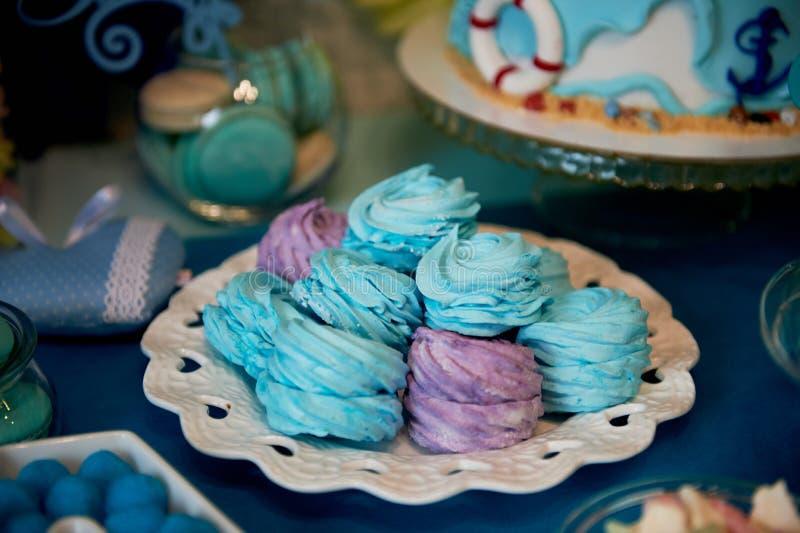 Söt tabell för parti för födelsedag för barn` s i turkos och lilor En avkänning av beröm, glädje Härliga sötsaker arkivfoton