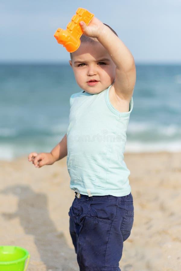 Söt unge på sommarstranden royaltyfri fotografi