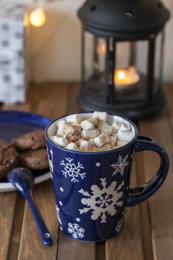 Söt varm choklad med marshmallower i kopp på träbakgrund arkivbilder