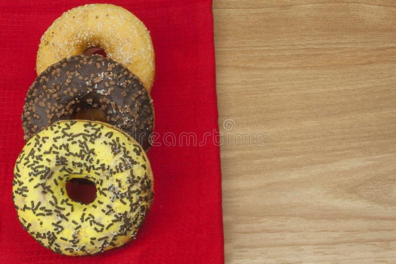Söta donuts med kaffe Söt fest med kaffe Donuts som snabba hemlagade fester Skräpmat bantar fienden arkivbilder