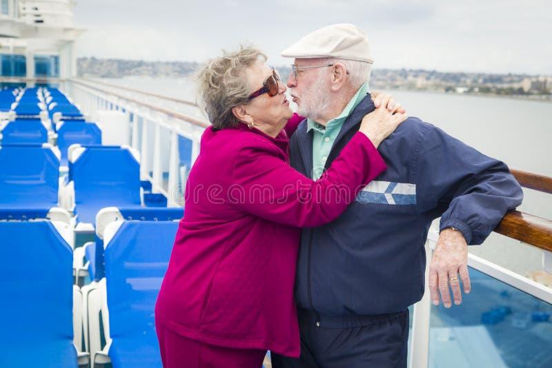 Söta höga par som kysser på däck av kryssningskeppet royaltyfria bilder