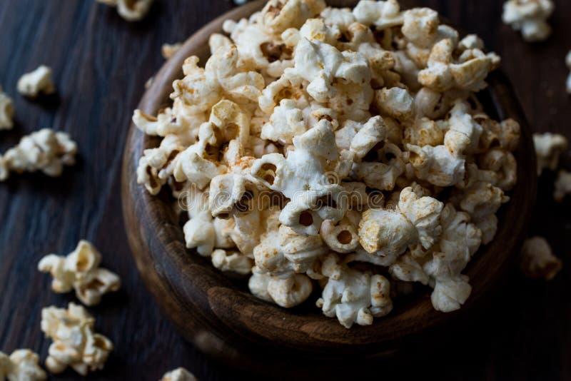 Söta Honey Popcorn i en träbunke arkivfoto