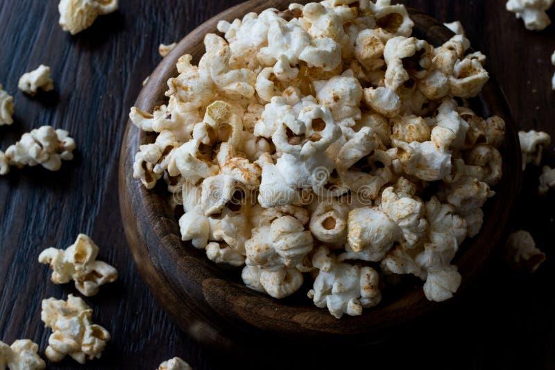 Söta Honey Popcorn i en träbunke royaltyfria foton