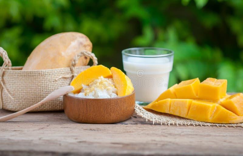 Söta klibbiga ris för stilleben med mango & x28; Barracudamango& x29; och Co arkivbild
