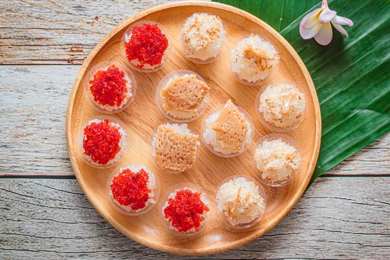 Söta klibbiga ris med thai vaniljsås- och räkatoppning, thailändsk efterrätt arkivfoto