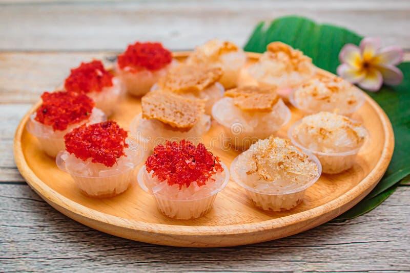 Söta klibbiga ris med thai vaniljsås- och räkatoppning, thailändsk efterrätt fotografering för bildbyråer