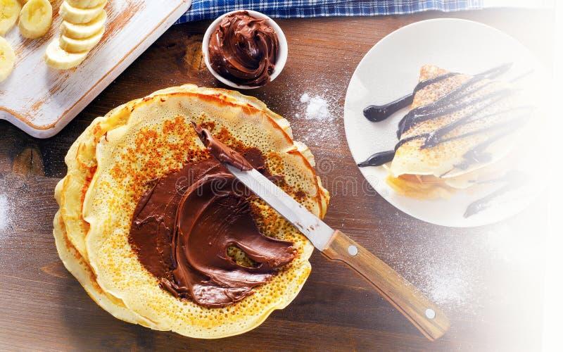 Söta kräppar med chokladpralin royaltyfria foton