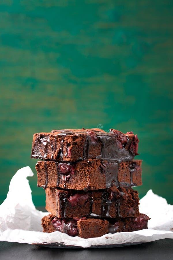 Söta nissekakor för hemlagad choklad med körsbäret och chokladsås eller sirap på en mörk bakgrund fotografering för bildbyråer