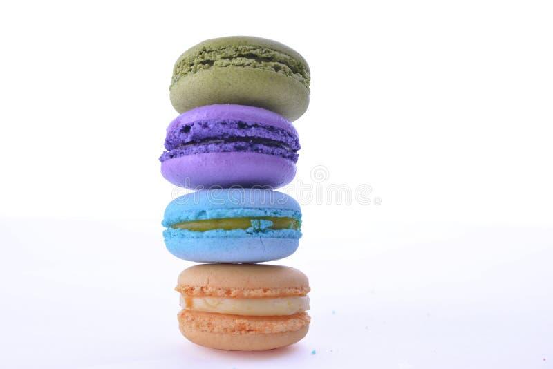 Söta och färgglade franska makron eller macaron på den vita backgroen arkivbild