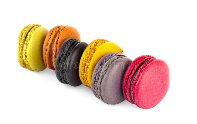 Söta och färgglade franska makron eller macaron på den vita backgroen arkivbilder