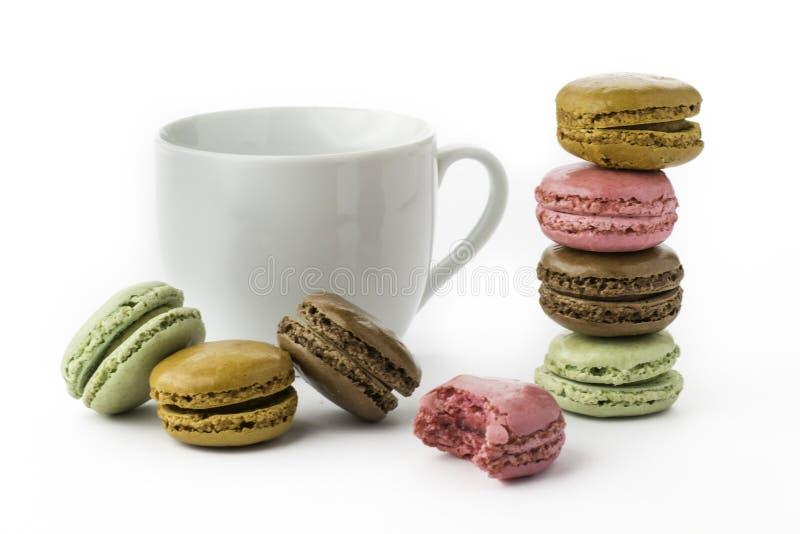 Söta och färgglade franska makron eller macaron på vit bakgrund royaltyfri bild
