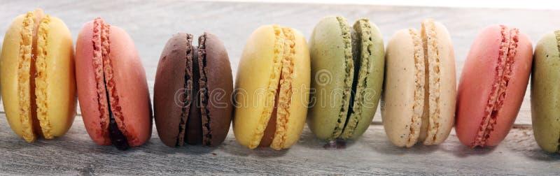 Söta och färgglade franska makron eller macaron på vit bakgrund arkivfoto
