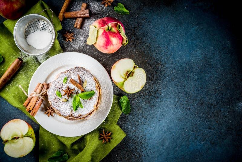Söta och kryddiga äpplepannkakor royaltyfria bilder