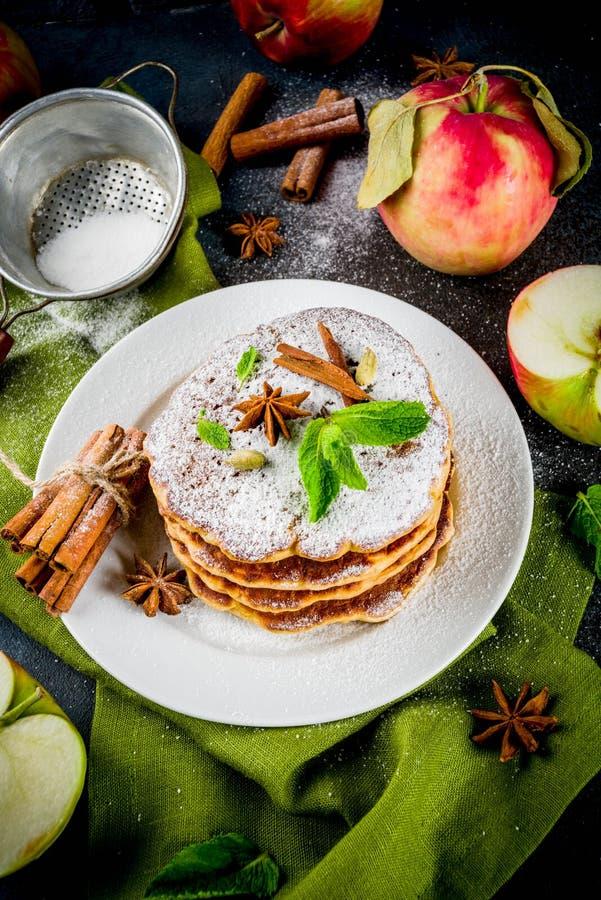 Söta och kryddiga äpplepannkakor royaltyfri bild